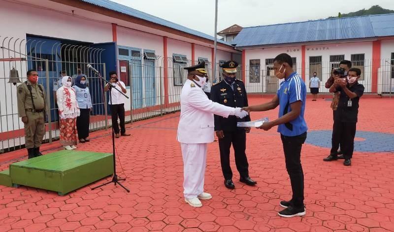Wakil Bupati Kaimana Ismail Sirfefa, S.Sos., MH. Menyerahkan Remisi secara simbolis kepada penghuni Lapas disaksikan oleh Kepala Lapas Kelas III Kaimana.