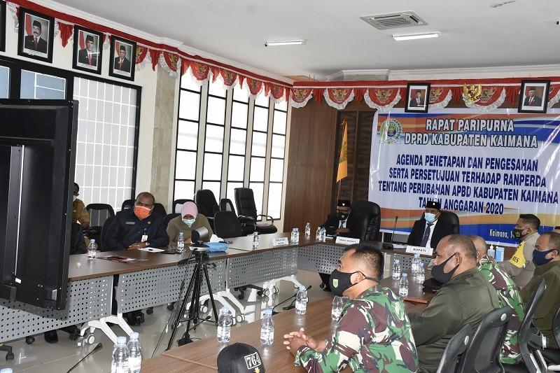 Bupati Kaimana, Wakil Bupati, Forkopimda dan Sekretaris Daerah dan Asisten I dan Para Kabag dalam acara virtual Paripurna DPRD di Ruang Rapat Kantor Bupati Kaimana