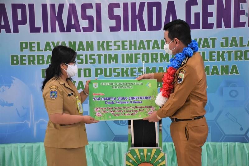 Bupati Kaimana mewakili Kepala Dinas Kesehatan Provinsi Papua Barat Menyerahkan Bantuan  Kepada Kepala UPTD Puskesmas Kaimana.