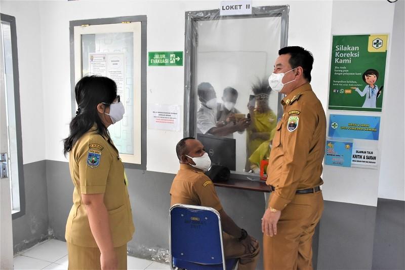 Bupati dan Wakil Bupati Kaimana Melakukan Ujicoba Aplikasi Sikda Generik dipandu Kepala UPTD Puskesmas Kaimana