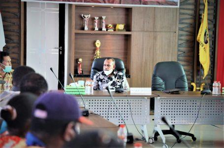 Wakil Bupati Kaimana Melayani Kunjungan  masyarakat di Ruang Rapat Kantor Bupati Kaimana